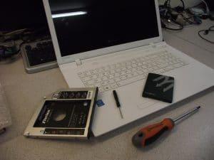Ajouter un deuxième disque dur dans son ordinateur portable, par Azamos.